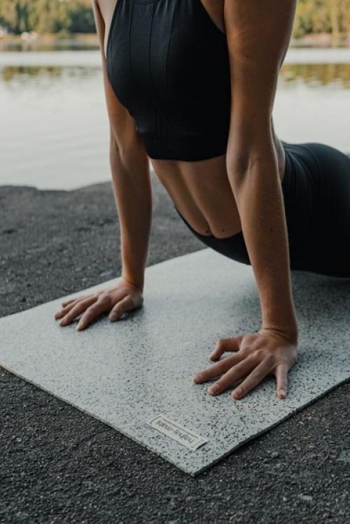 top body challenge fille qui s'étire sur un tapis